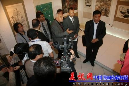 书画展开幕式并剪彩.此次中国书画作品展由埃及设计中心和中